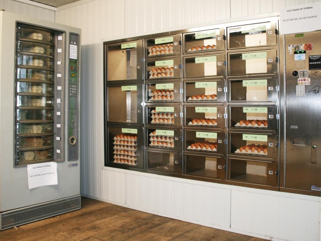 Eierautomaat van De Vrije Kip van Chris van Erp in Berghem. Copyright Loes van Beuningen